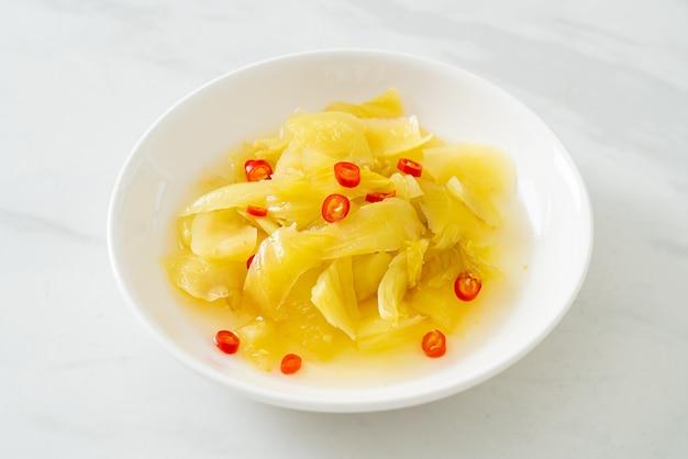 Pittige salade augurkkool of bleekselderij met sesamolie - asian food style