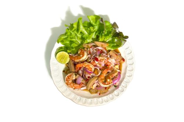Pittige salade met garnalen en gefermenteerde varkensworstenspek.
