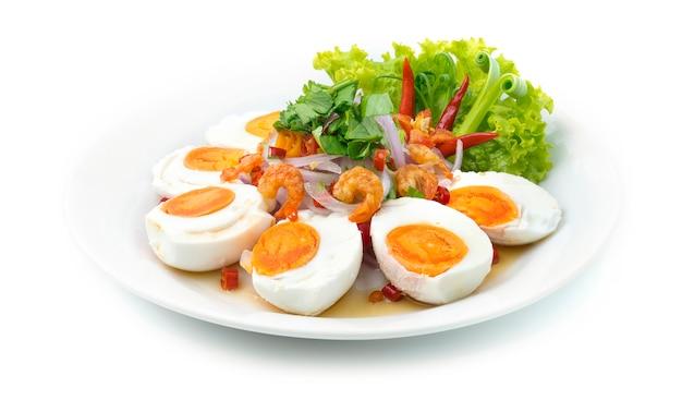 Pittige salade met zout ei en gedroogde garnalen
