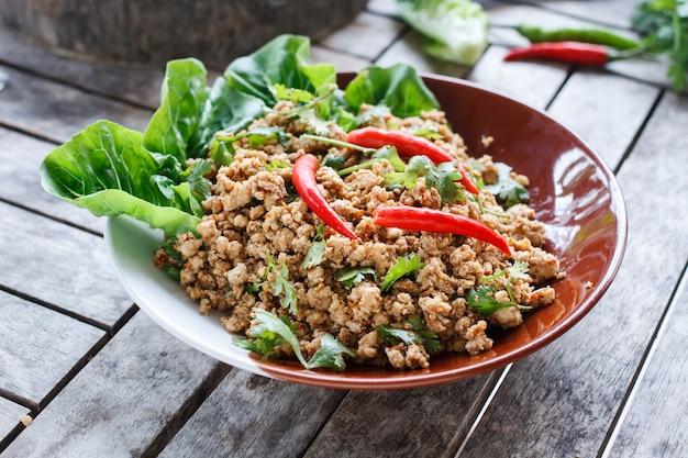 Pittige salade van gehakt varkensvlees
