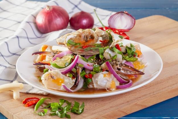 Pittige salade van verse blauwe krab met thaise groenten