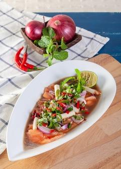 Pittige salade van verse zalm met thaise groenten