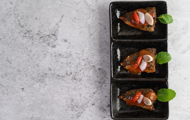 Pittige sardines in keramische lade
