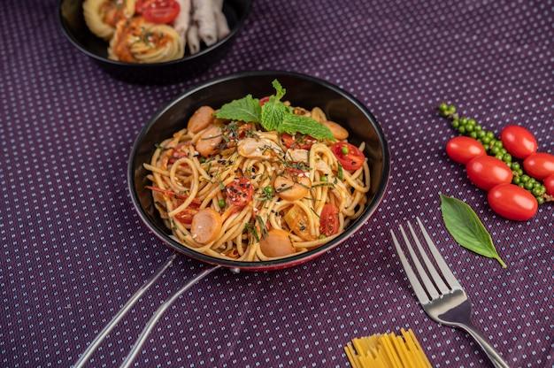 Pittige spaghetti in een koekenpan.