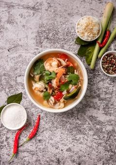 Pittige tom yam kung, tom yum zure soep met garnalen, garnalen, kokosmelk, citroengras en spaanse peper in een kom