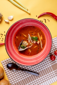 Pittige tomatensoep met zeevruchten