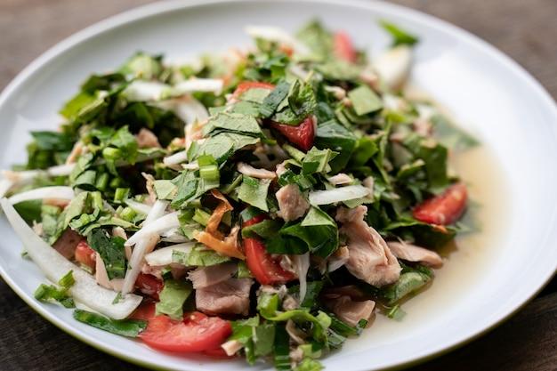 Pittige tonijnsalade met groene theeblaadjes.