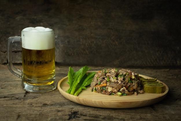 Pittige varkensgehakt salade met bier, larb is traditioneel thais eten is de cultuur van de mensen in het noordoosten van thailand