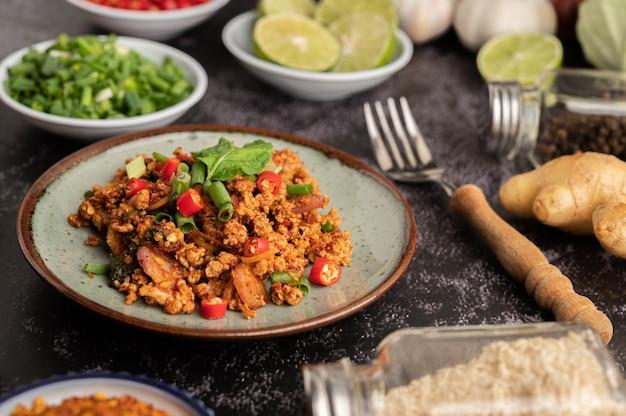 Pittige varkensgehaktsalade met chilivlokken, limoen, gehakte groene uien