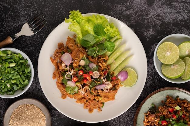 Pittige varkensgehaktsalade met chilivlokken