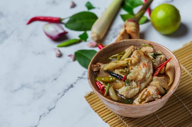 Pittige varkenspeesoep en thaise voedselingrediënten.