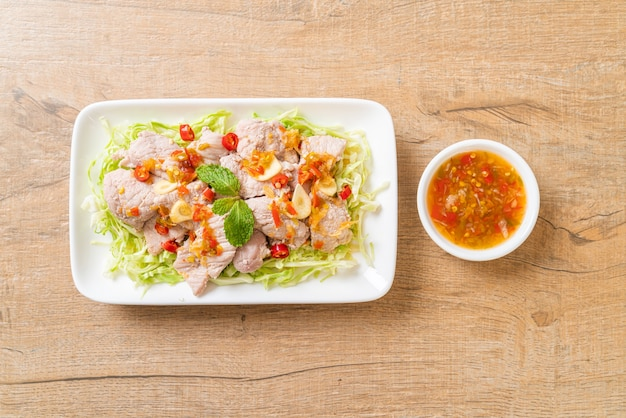 Pittige varkenssalade of gekookt varkensvlees met limoen knoflook en chilisaus