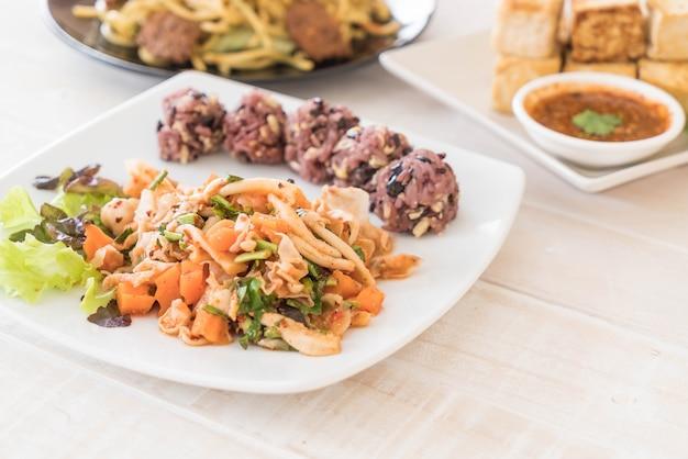 Pittige veganensalade met kleverige bessen en graanrijst