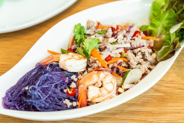 Pittige vermicelli salade met garnalen en gehakt varkensvlees