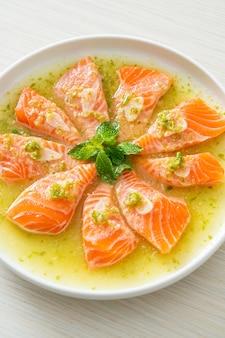 Pittige verse zalm rauw in zeevruchten saladesaus