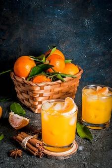 Pittige wintermandarijncocktail met wodka, verse mandarijnen, kaneel en anijs