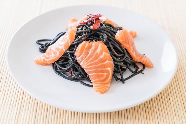 Pittige zwarte spaghetti met zalm