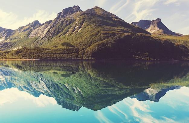 Pittoresk bergmeer in noorwegen