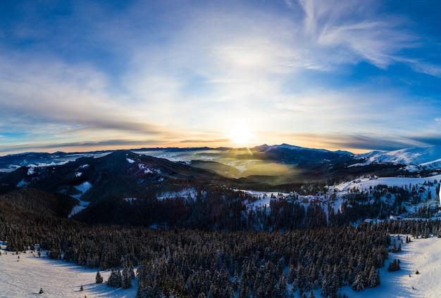 Pittoresk de winterpanorama van bergheuvels bedekt met sneeuw