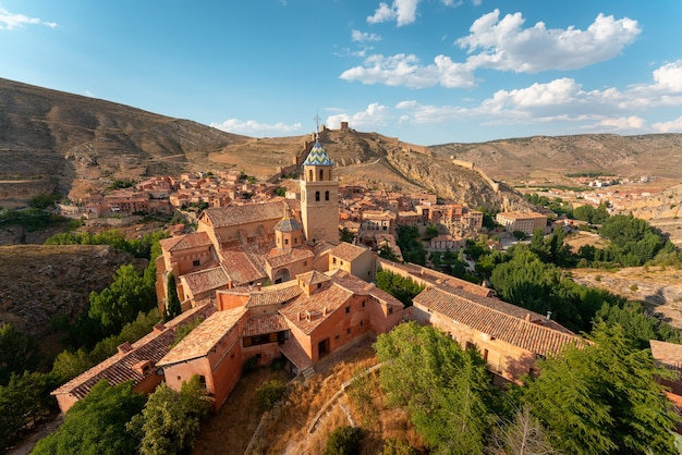 Pittoresk dorpje temidden van bergen, een van de mooiste spaanse steden. albarracin, teruel, aragon, spanje.