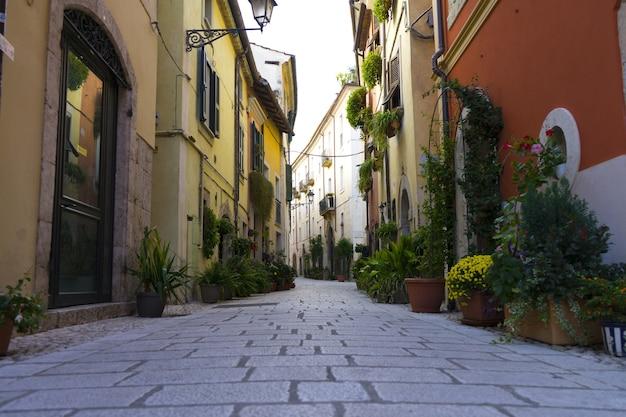 Pittoresk italiaans dorp en een traditionele straat