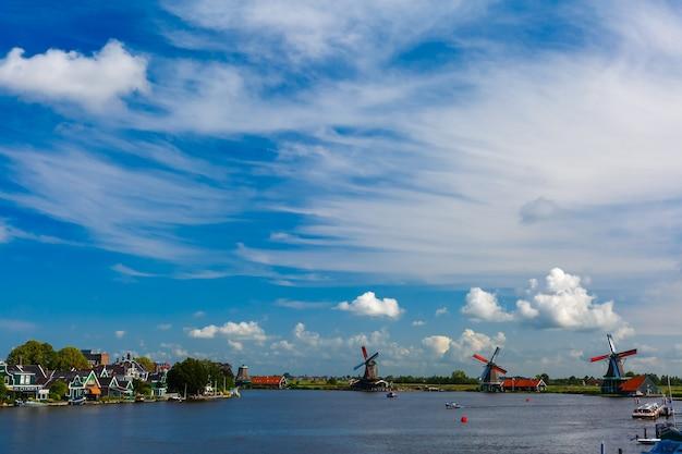 Pittoresk landelijk landschap met windmolens in de zaanse schans dichtbij de rivier holland nederland