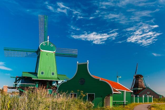 Pittoresk landelijk landschap met windmolens in de zaanse schans holland nederland