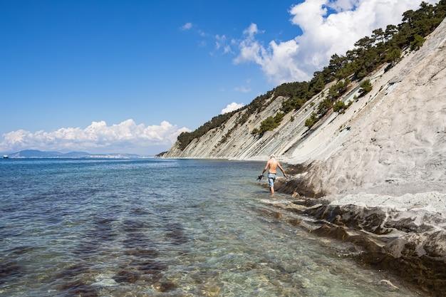 Pittoresk stenen wild strand aan de voet van de rotsen in de buurt van de badplaats gelendzhik.