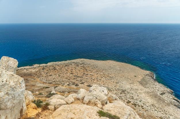 Pittoresk uitzicht op de middellandse zeekust vanaf de top van de berg.