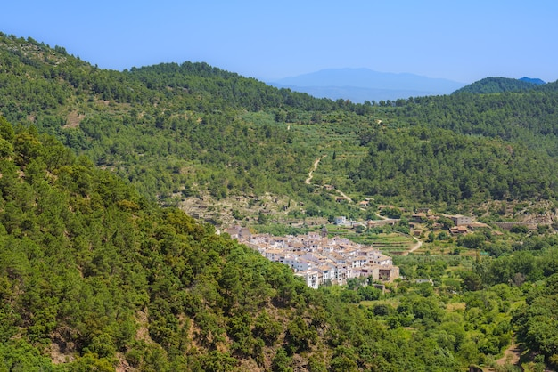 Pittoresk wit stadje op het platteland ain comunidad valenciana spanje