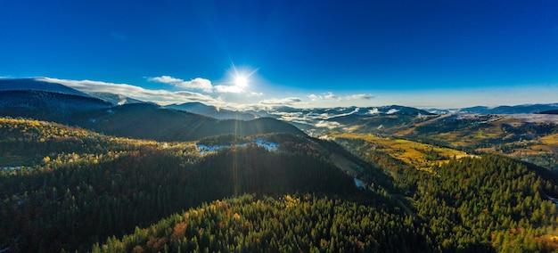 Pittoreske berglandschappen van de herfst met sneeuw in de buurt van het dorp dzembronya in oekraïne karpaten