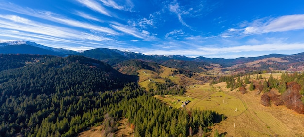Pittoreske berglandschappen van de herfst met sneeuw