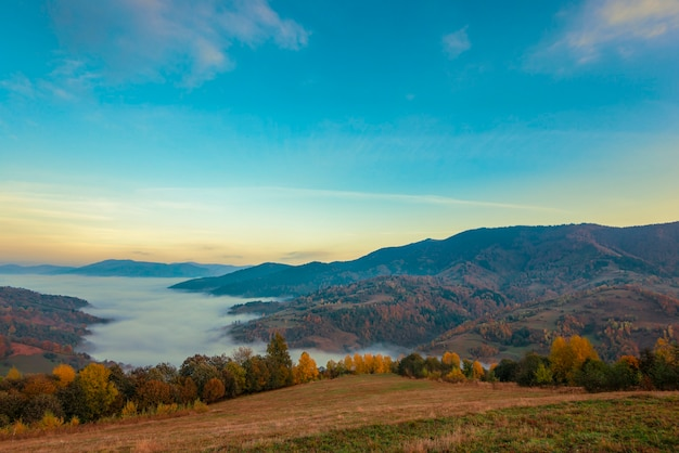 Pittoreske bergvallei met blauwe hemel