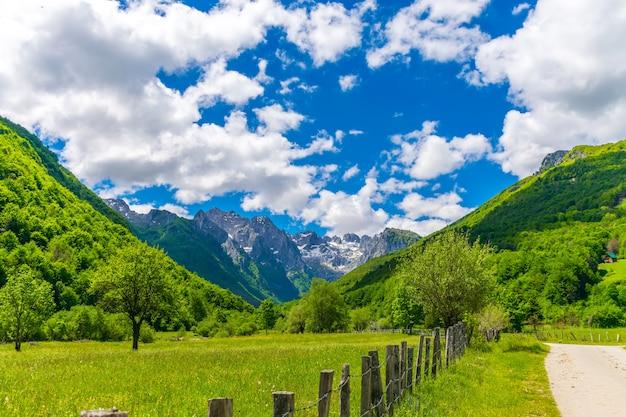 Pittoreske besneeuwde toppen van hoge bergen.