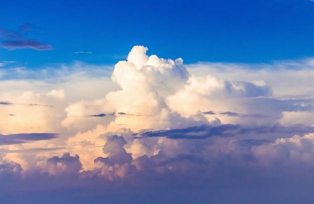 Pittoreske krullende wolken tijdens de zonsondergang