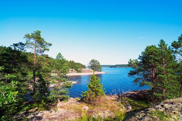 Pittoreske kust van een eiland op een meer