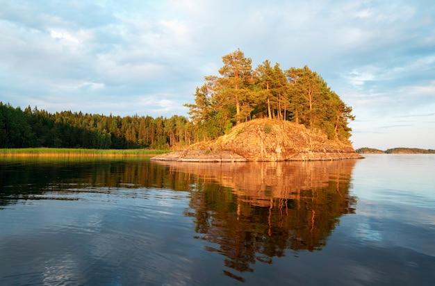 Pittoreske kustlijn van het eiland met een reflectie op het meer