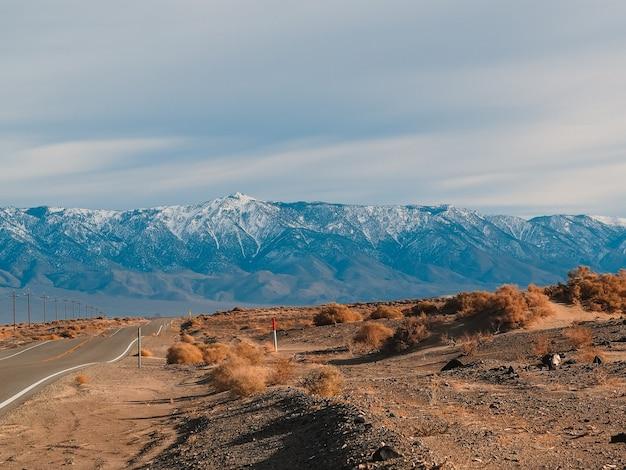 Pittoreske lege weg in de woestijn van death valley
