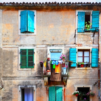 Pittoreske muur van oud huis met balkon