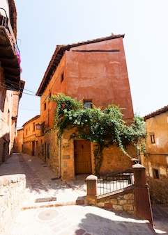 Pittoreske residentiële stenen huizen in albarracin