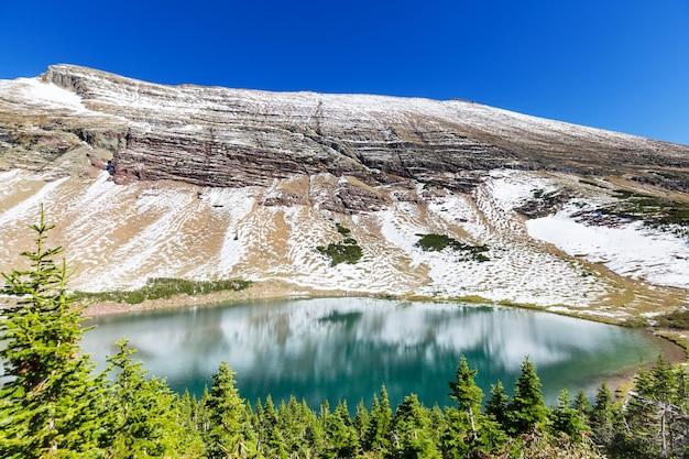 Pittoreske rotsachtige toppen van het glacier national park, montana, vs.