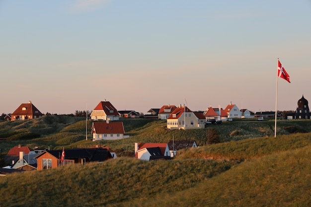 Pittoreske scène van witte huizen op de heuvel in lonstrup, denemarken