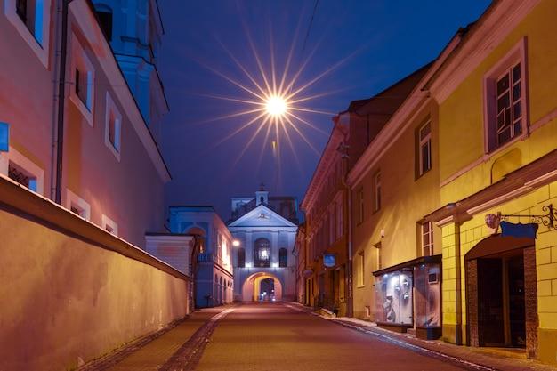 Pittoreske straat en poort van de dageraad in de oude binnenstad van vilnius, litouwen