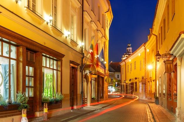 Pittoreske straat 's nachts in de oude binnenstad van vilnius, litouwen, baltische staten