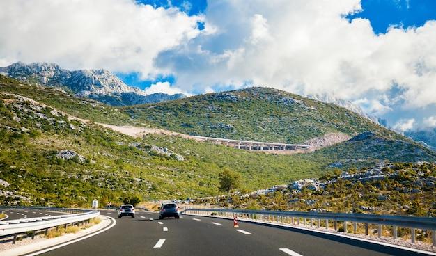 Pittoreske weg die leidt naar de bergen in kroatië