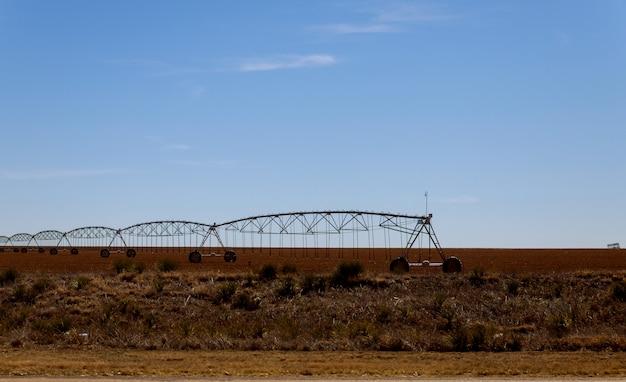 Pivot irrigatiesysteem op landbouwgrond in de woestijn van arizona.