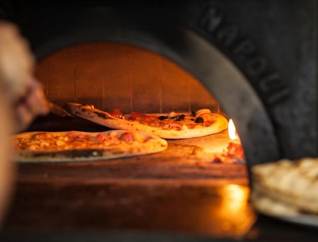 Pizza bakken van dichtbij in de oven