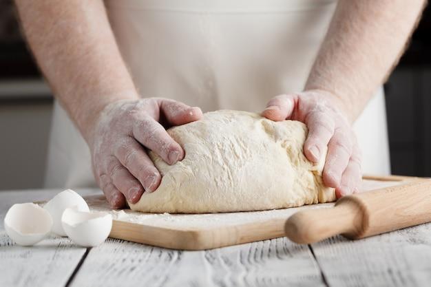 Pizza bereiden deeg hand topping
