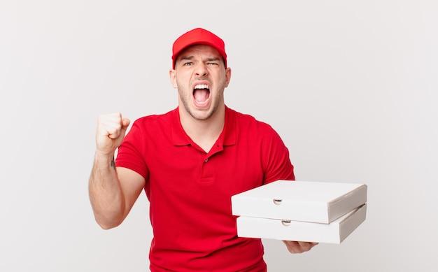 Pizza bezorger die agressief schreeuwt met een boze uitdrukking of met gebalde vuisten om succes te vieren