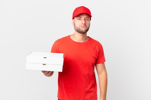 Pizza bezorger man verdrietig en zeurderig met een ongelukkige blik en huilen?
